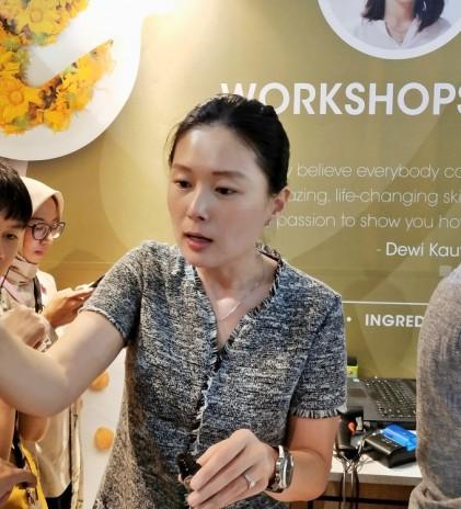 Dewi Kauw, Inspirasi dan Edukasi Melalui Skin Dewi