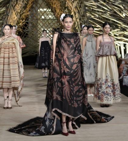 Mengekspos Batik dalam Sepotong Busana; Part One Edward Hutabarat